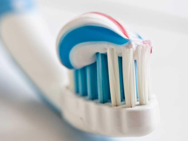 Зубная паста с фтором и без: в чем разница, как его вывести из организма и правила качественной чистки